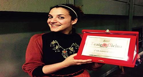 Nella foto Tiziana Francesca Vaccaro con la targa di TeatrOfficina