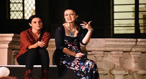 """Nella foto di Dino Stornello, Giovanna Mangiù e Luana Rondinelli in """"Giacominazza"""""""